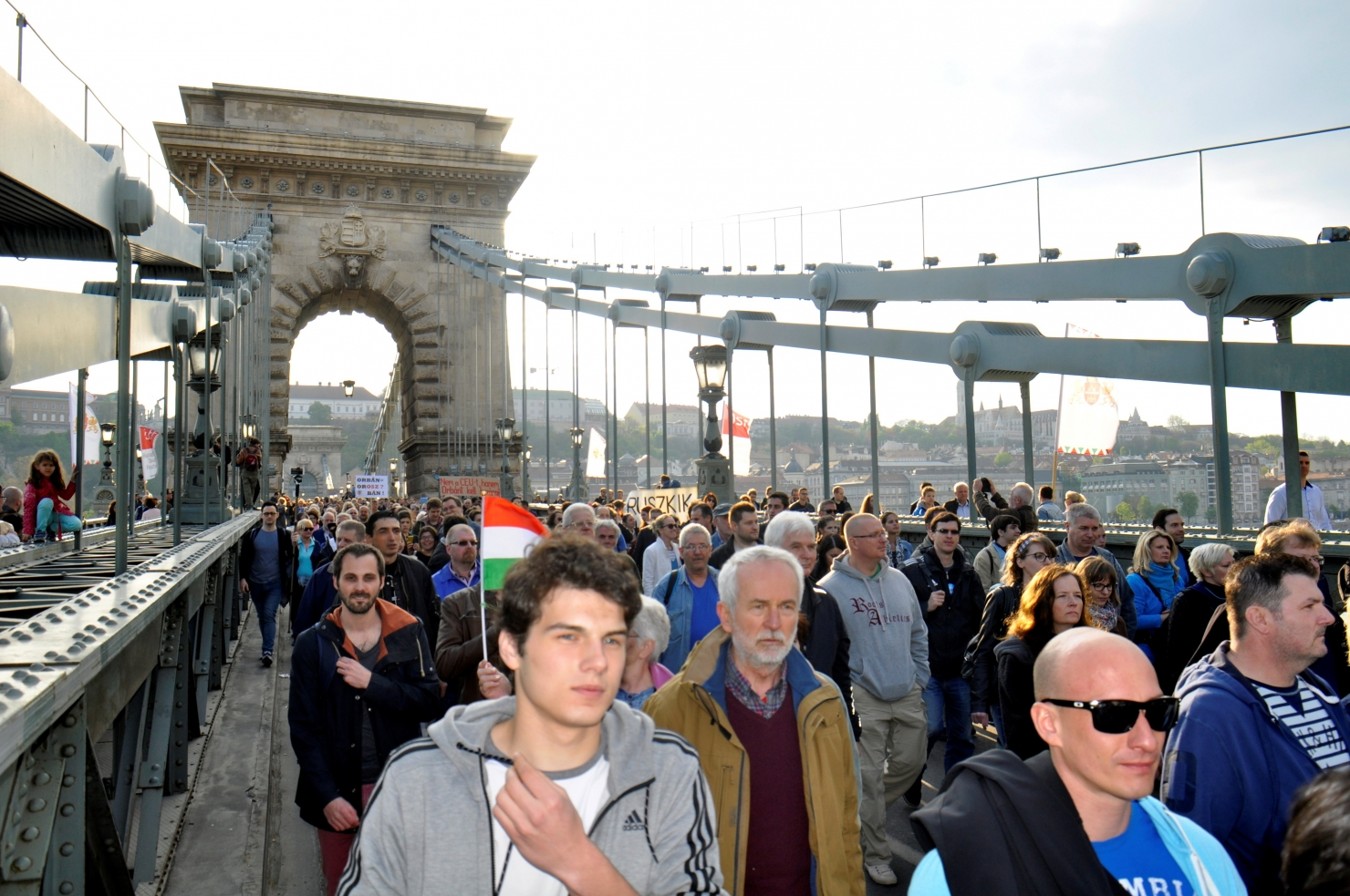 """Zeci de mii de oameni au protestat la Budapesta față de """"legea anti-Soros�"""