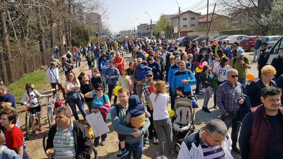 Autoritățile locale interzic protestul cetățenilor, aceștia ies la plimbare!