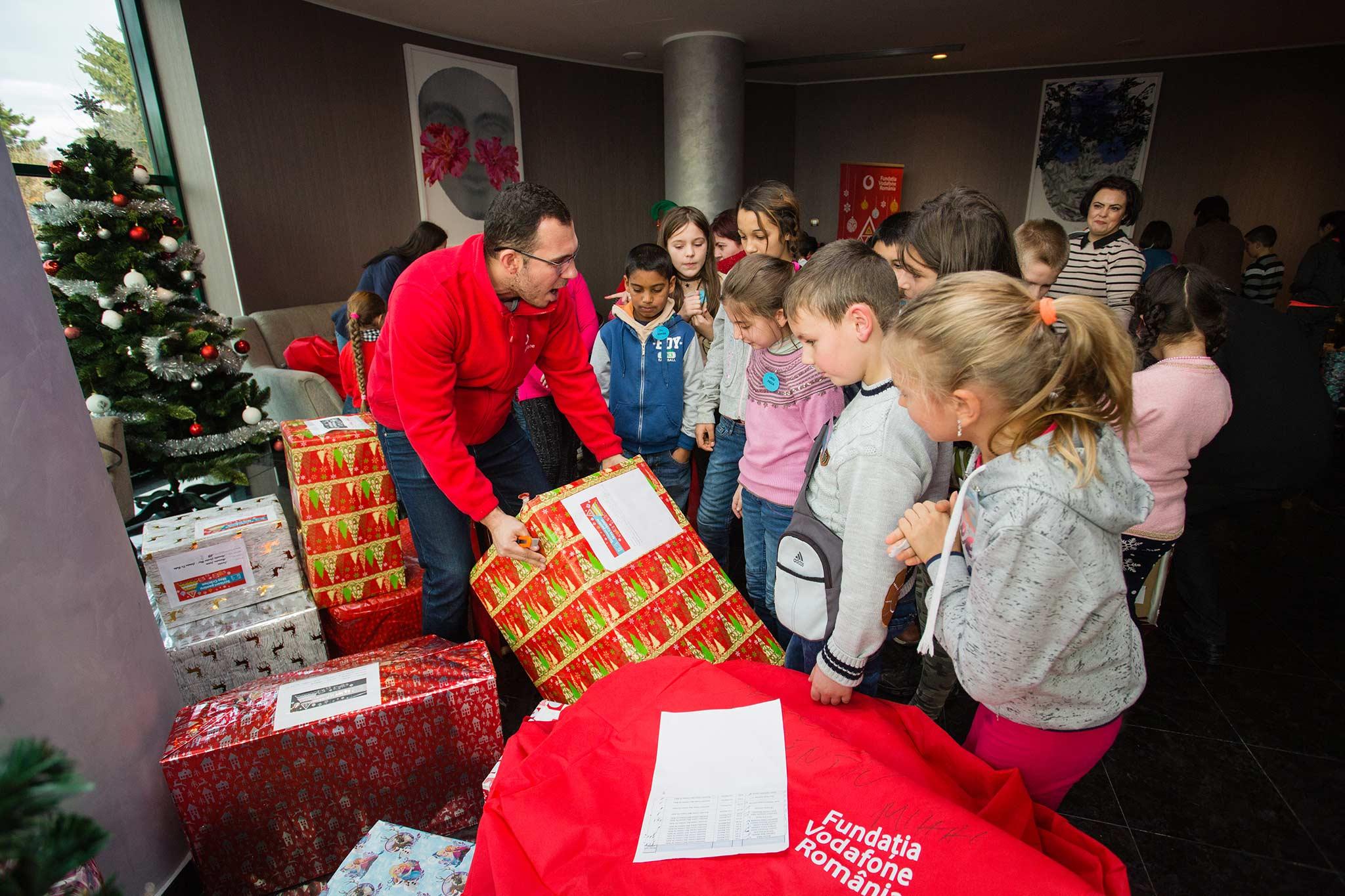 """Caravana """"Scrisori pentru Moș Crăciun"""" imparte cadouri copiilor defavorizati"""