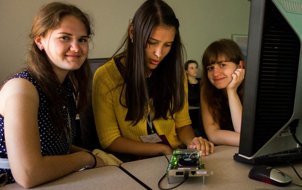 Trei echipe de fete vor reprezenta România în semifinalele Technovation Challenge, ediţia 2018