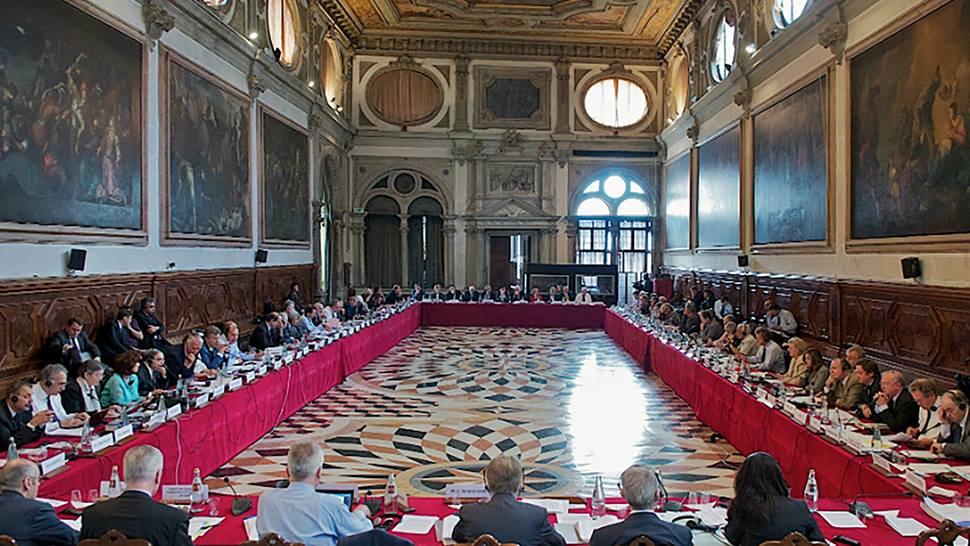Propunerile referitoare la noile obligaţii de raportare incluse în proiectul Pleşoianu de modificare a legislaţiei ONG ar trebui eliminate, potrivit opiniei adoptate în martie 2018 de Comisia de la Veneţia