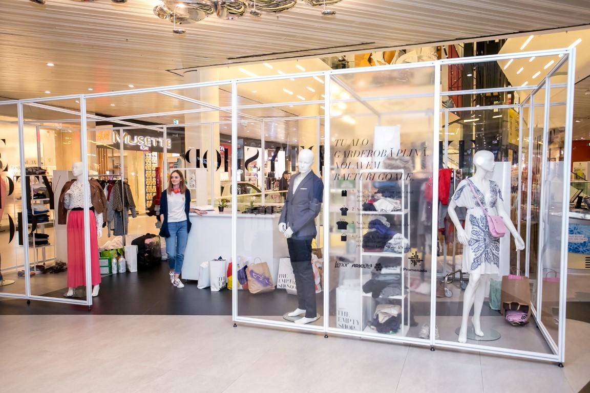 Promenada a deschis primul magazin gol din România. Mai este doar o săptămână pentru colectarea a 20 de tone de haine