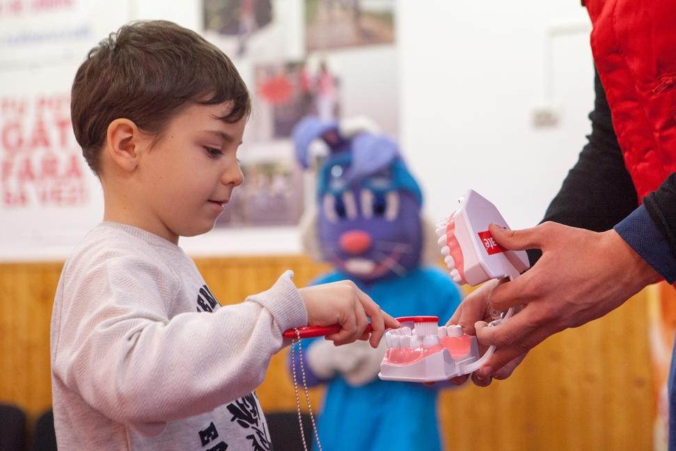Consultații stomatologice gratuite oferite de Crucea Roșie și  Colgate în 5 județe din România