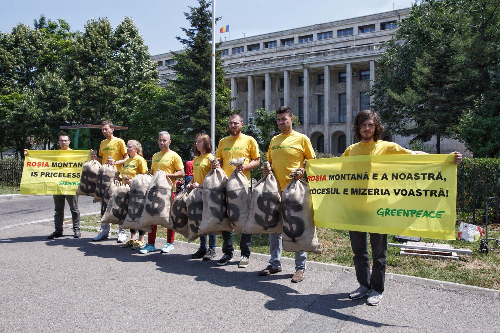 """Greenpeace România """"cumpără"""" Roșia Montană"""