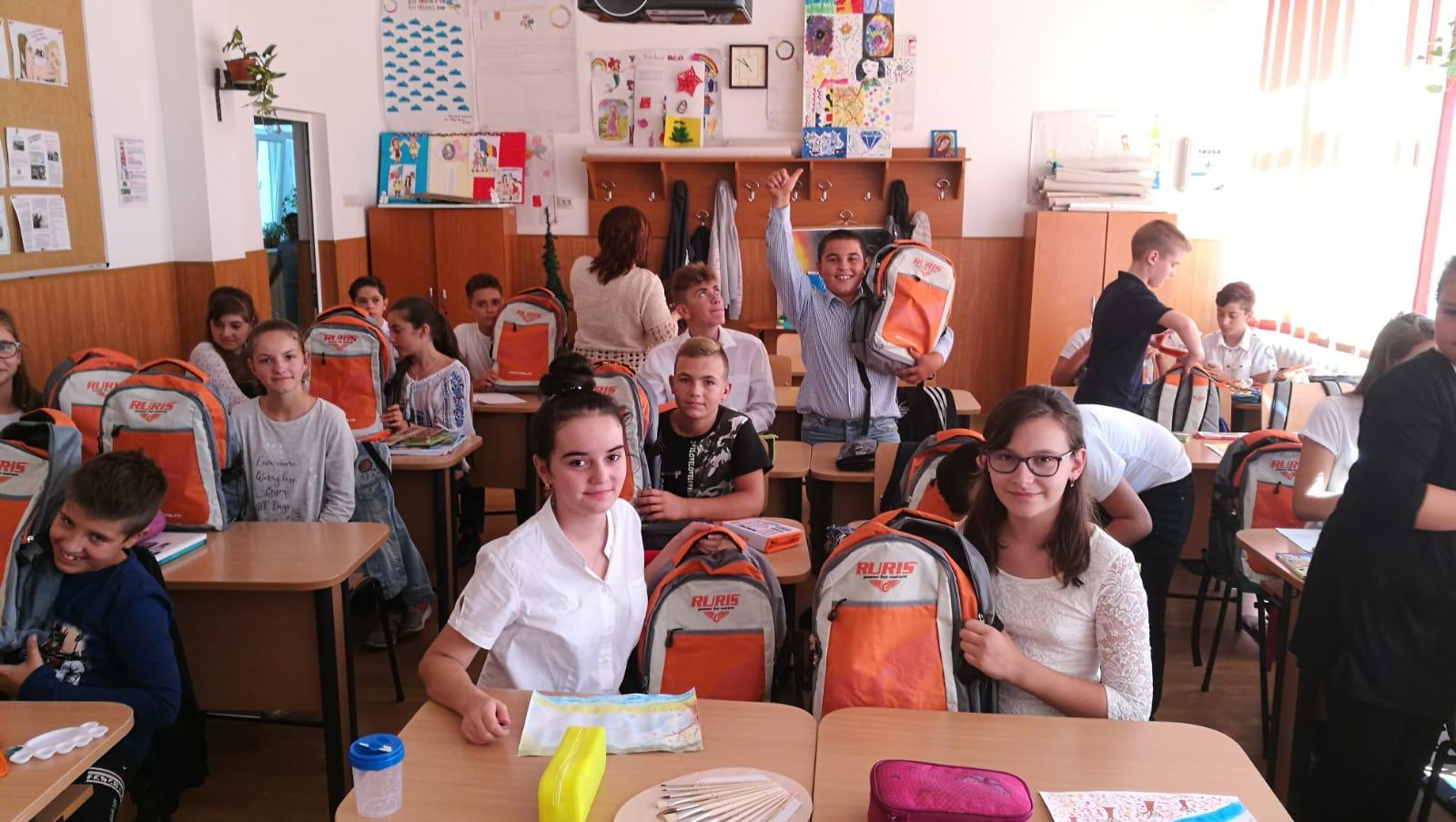 2.400 de elevi din 22 de județe din România au început școala  cu ghiozdane complet echipate
