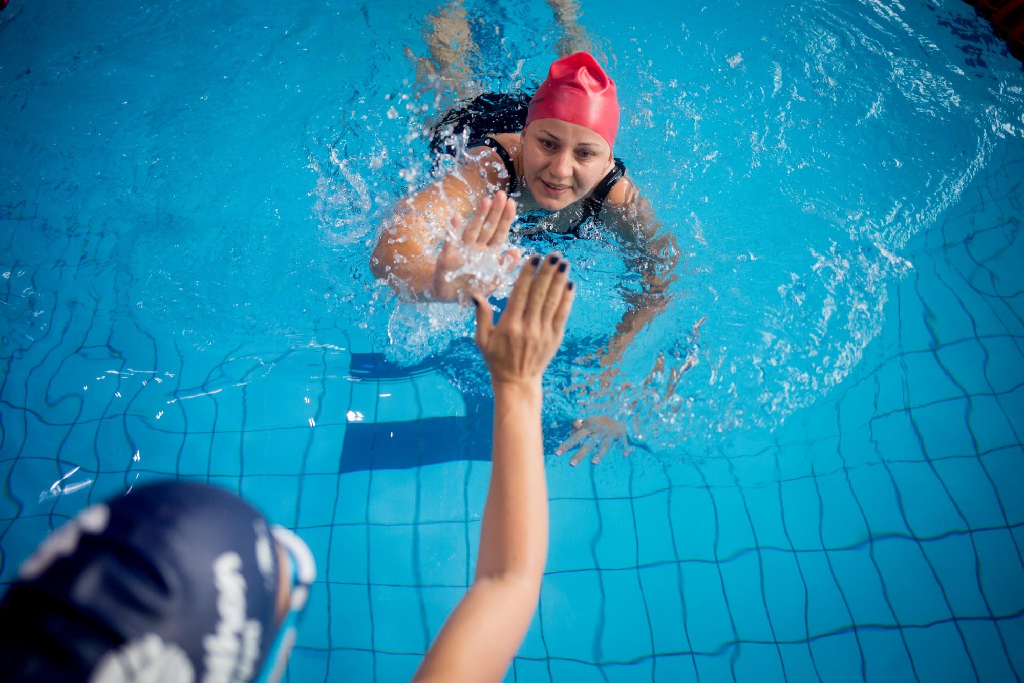 Peste 400 de oameni înoată și strâng bani la Swimathon București