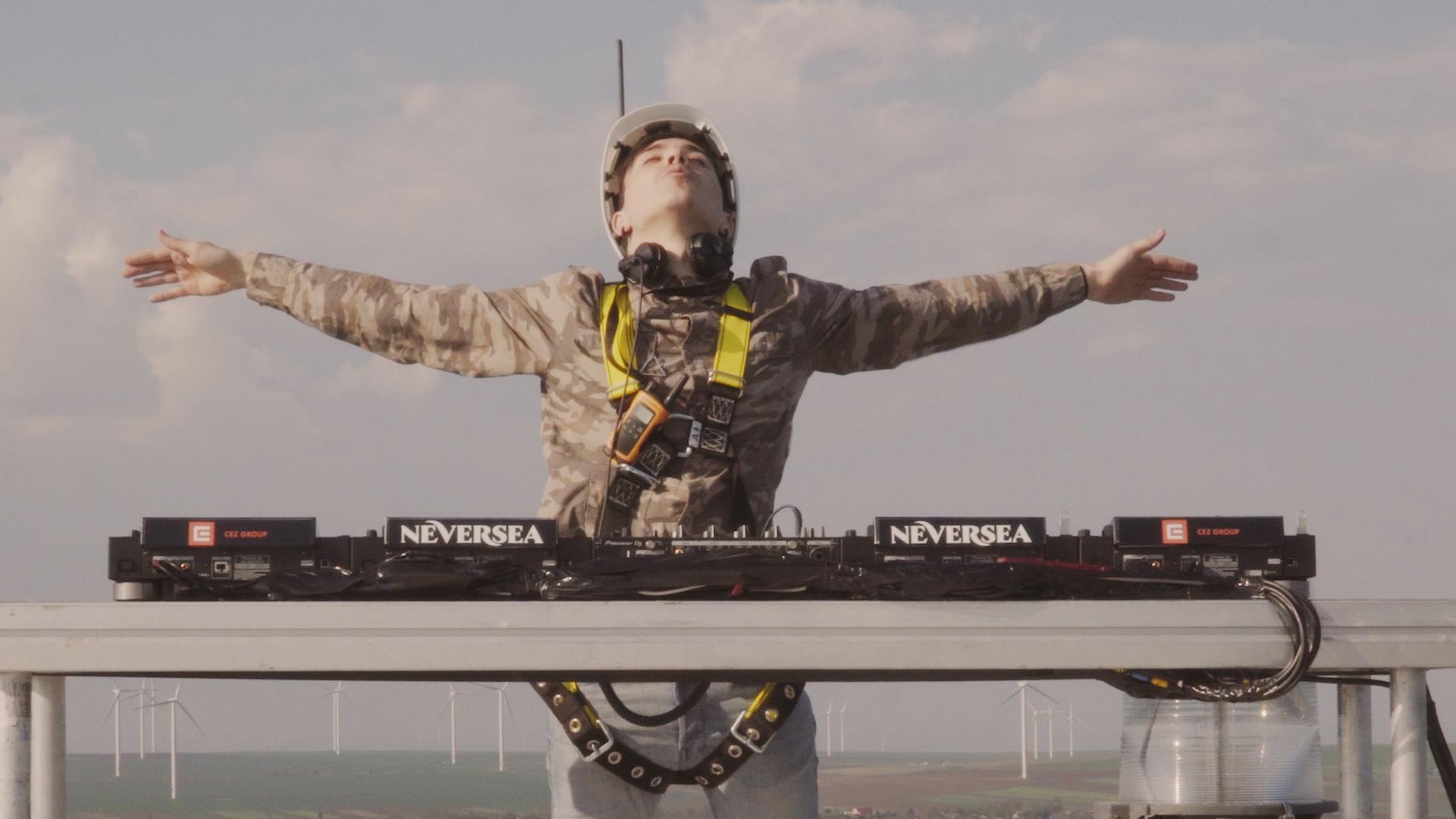 Primul DJ care mixează de pe o turbină eoliană, la 100 metri înălțime