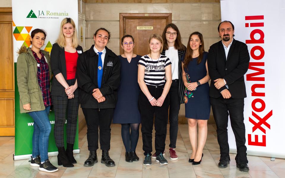 Cinci elevi creativi în finala europeană a competiției Sci-Tech Challenge 2019