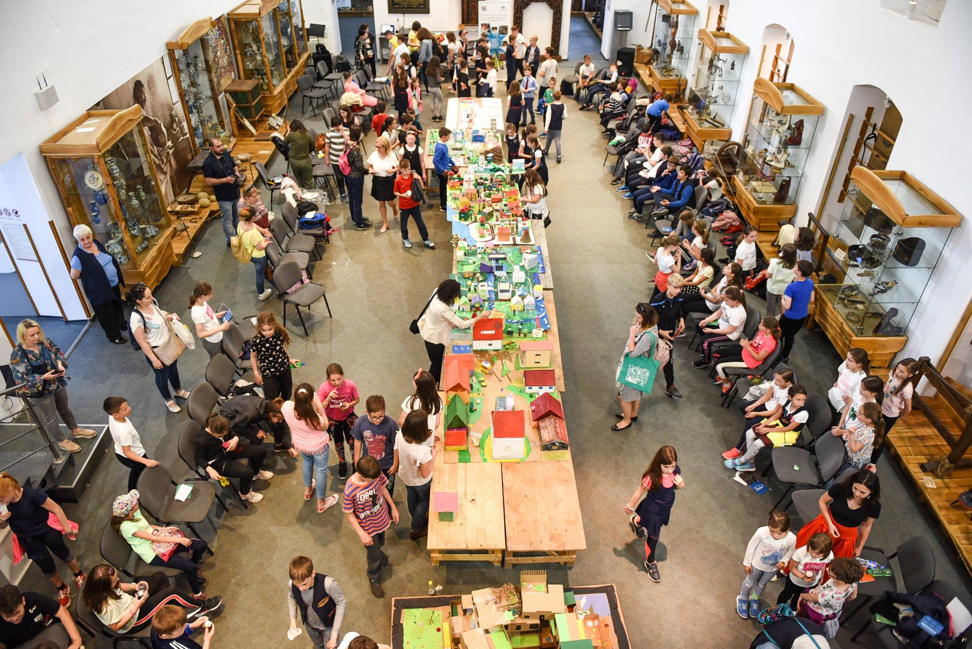 Expoziţiile claselor De-a arhitectura încheie anul şcolar 2018-2019 şi marchează începutul pregătirii îndrumătorilor pentru 2019-2020