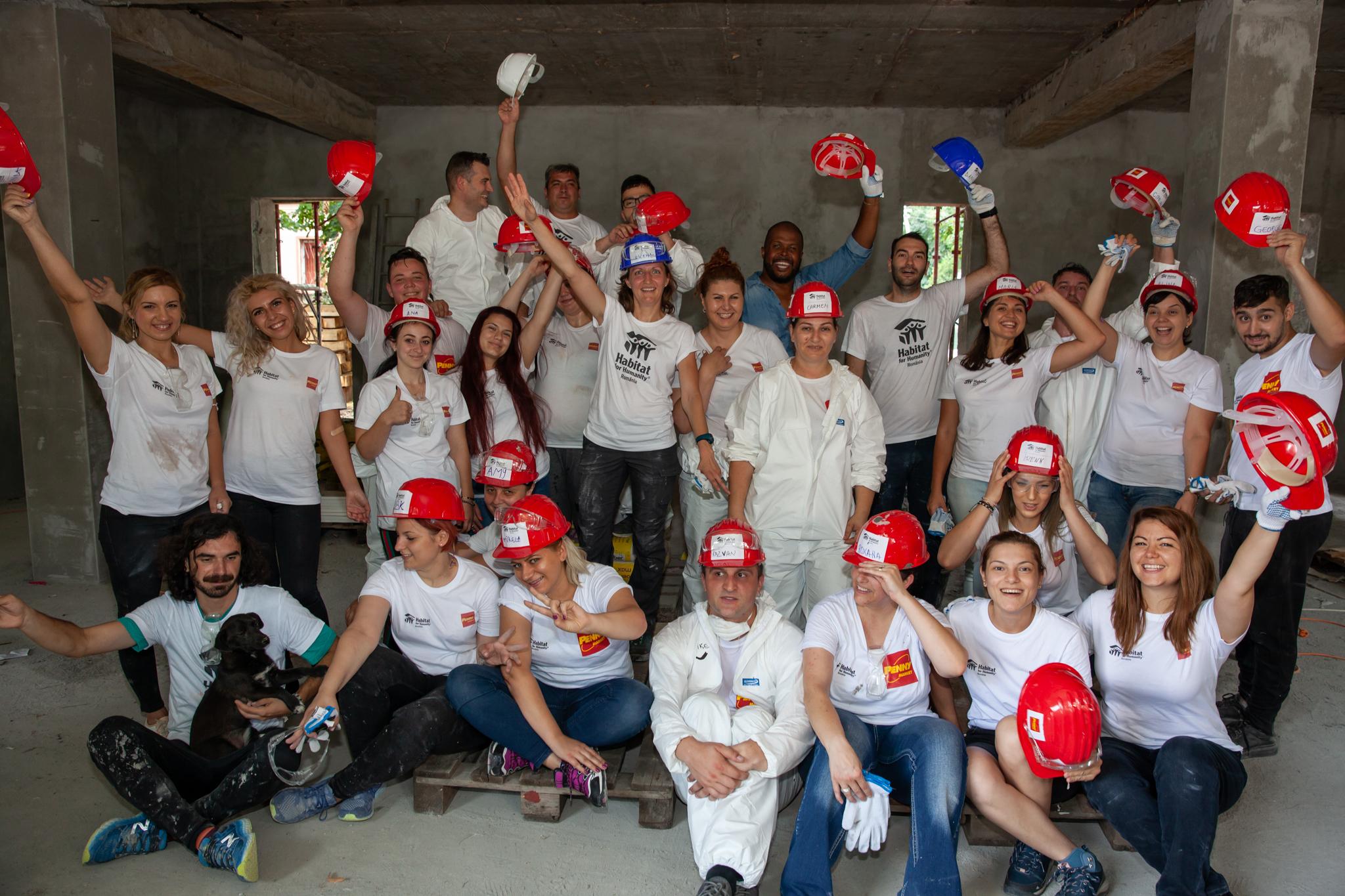 Teambuilding pe È™antier: AngajaÈ›ii PENNY Market, voluntari pe È™antierul Habitat for Humanity din Buftea