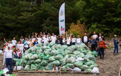 4 tone de deșeuri strânse de voluntari de pe malurile lacului Bicaz într-o amplă acțiune de ecologizare