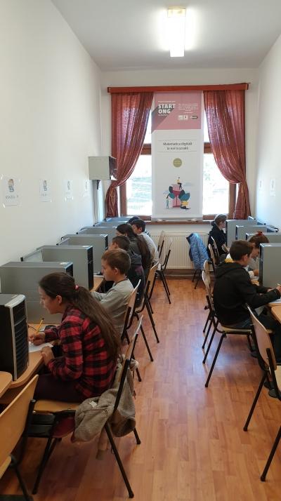 Cursuri digitalizate într-un sat din Transilvania: Elevii de gimnaziu din Mălâncrav (Jud. Sibiu) învață matematică asistați de calculator