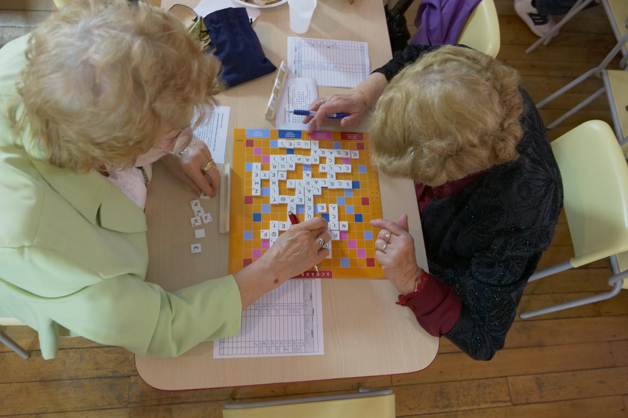 Peste 80 de seniori din București joacă… Scrabble