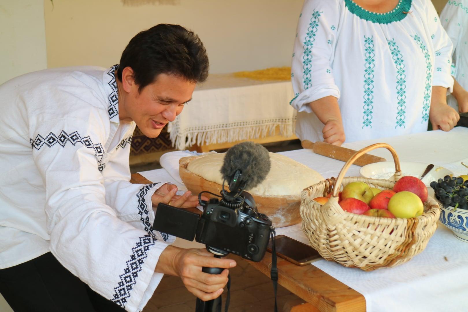 Mihai Eminescu Trust, gazda celui mai cunoscut vlogger culinar din lume în Transilvania