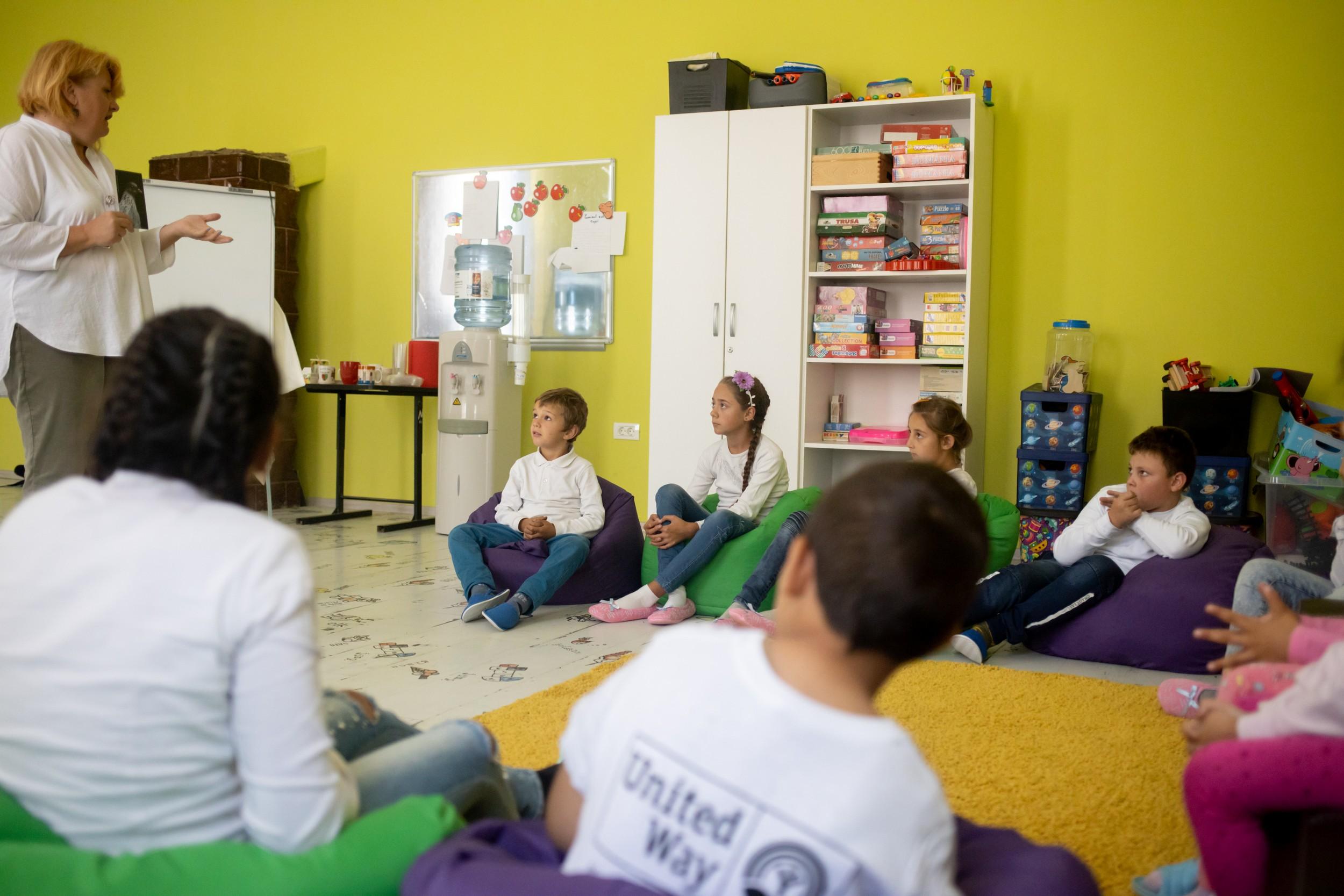 Fundația Globalworth încurajează copiii să meargă la școală prin susținerea programului de educație al United Way România