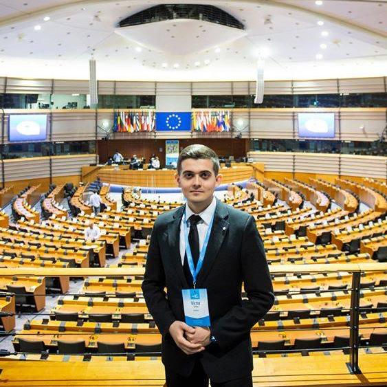 Tânăr român supraviețuitor de cancer deschide evenimentul de lansare a Planului european de combatere a cancerului
