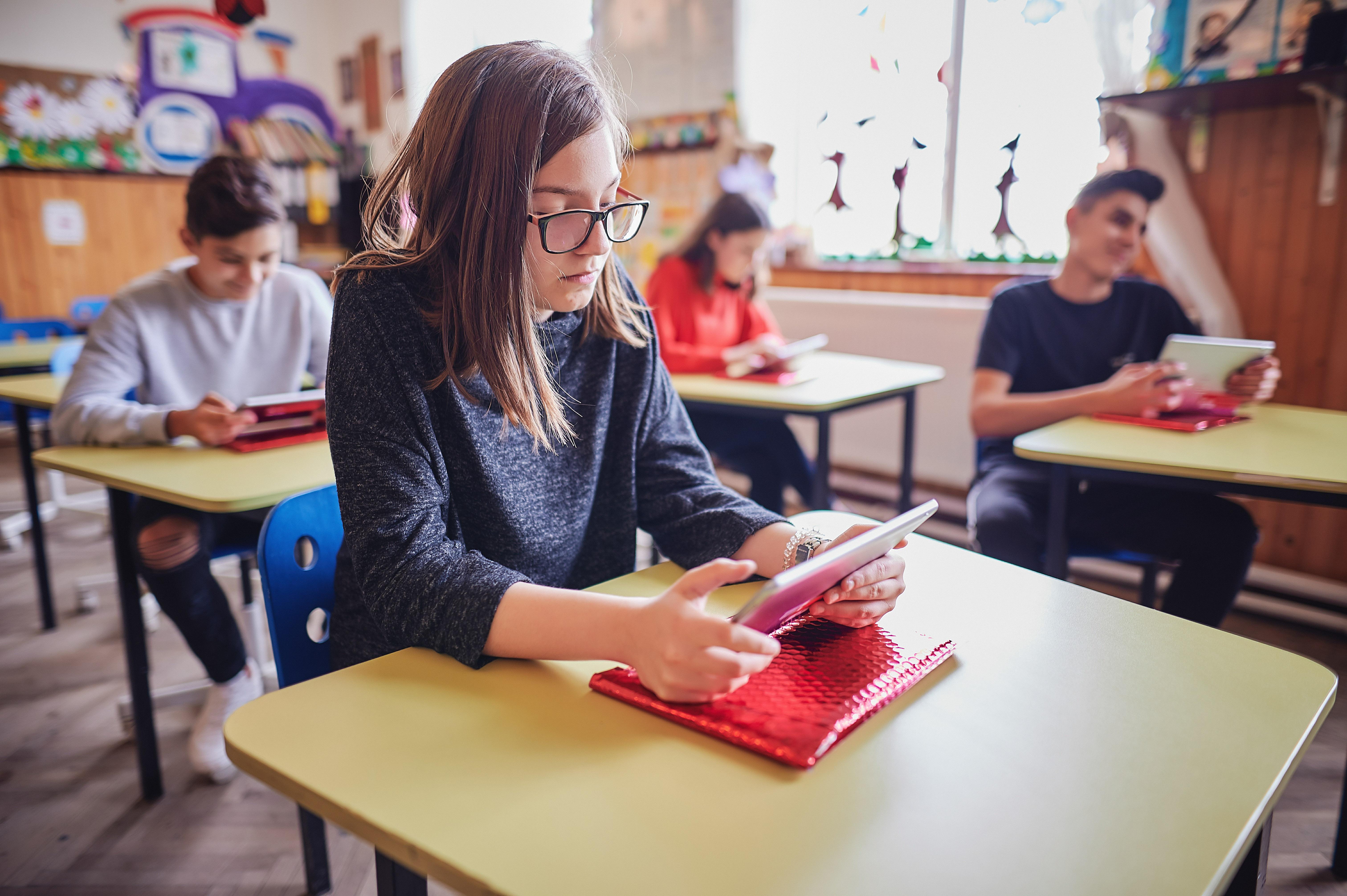 Digitalizarea, soluţie pentru elevi în perioada carantinei: Un proiect al World Vision România aduce elevii din mediul rural la ore online zilele următoare