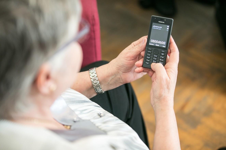 Telefonul Vârstnicului relevă topul nevoilor seniorilor la nivel național în perioada stării de urgență
