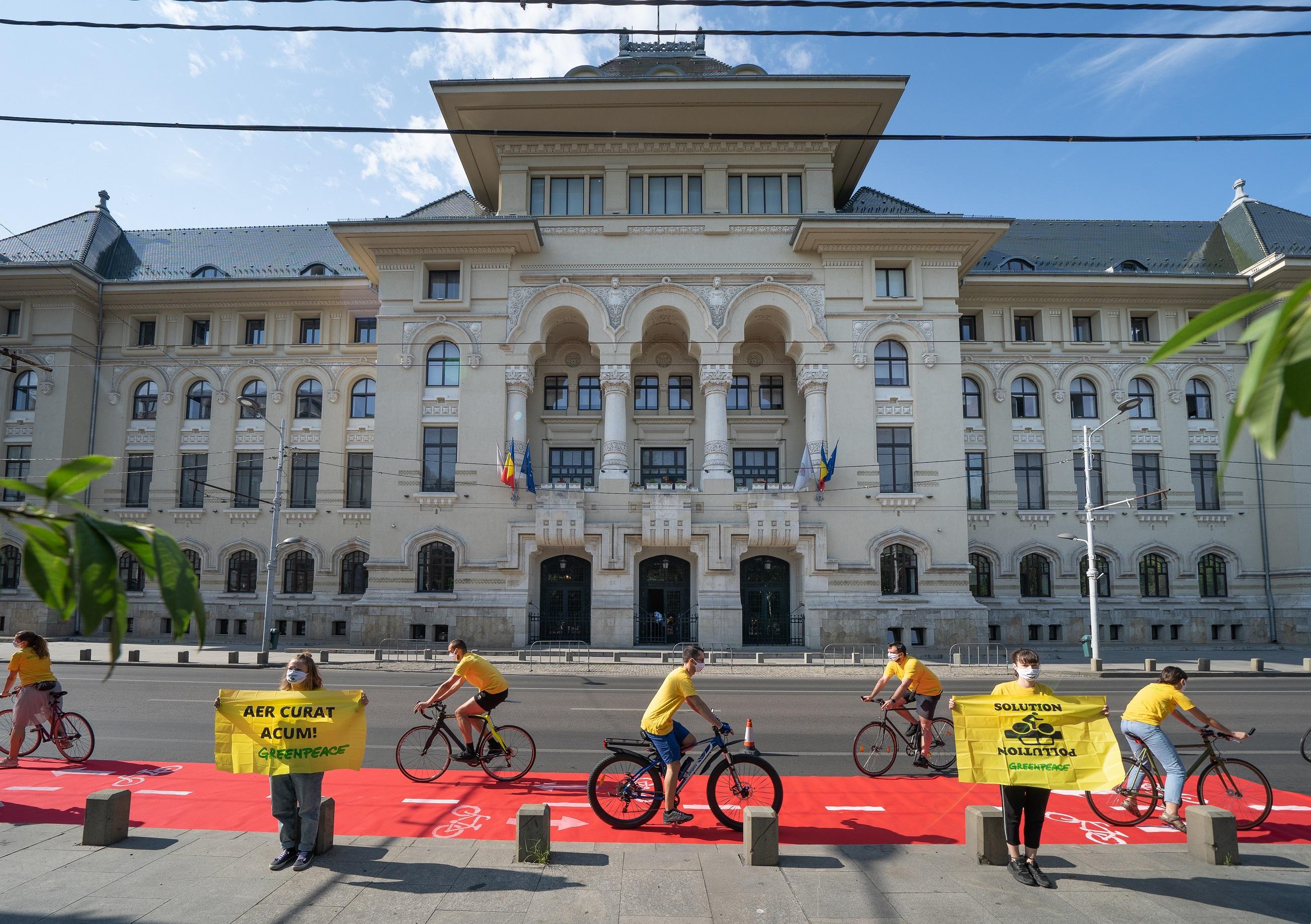 14 activiști Greenpeace au protestat astăzi în fața Primăriei Municipiului București și au cerut creșterea numărului de piste de biciclete