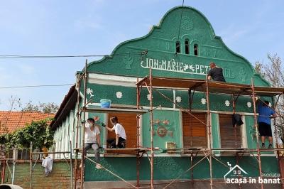 Un sat din Timiș a prins culoare cu ajutorul voluntarilor. 30 de case au fost zugrăvite în doar 3 zile