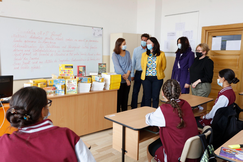 Șase școli din Transilvania au primit cărți și materiale didactice în valoare de 11.200 de euro într-un proiect derulat de Fundația M&V Schmidt