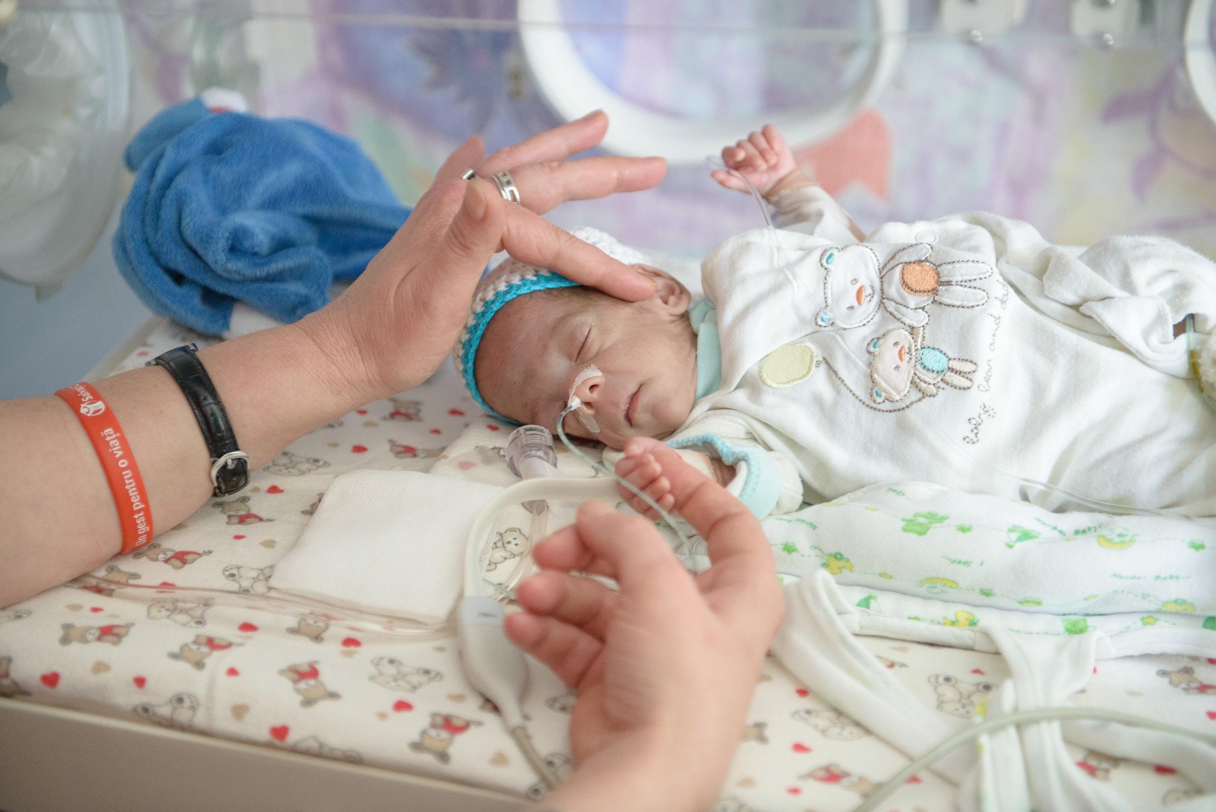 Salvați Copiii, alături de medici, trage un semnal de alarmă cu privire la subfinanțarea secțiilor de terapie intensivă neonatală din România