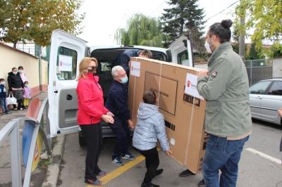 Salvați Copiii România împlinește dorința lui Florin: Școala sa va fi dotată cu un monitor inteligent, iar 145 de copii vor primi ghiozdane și rechizite