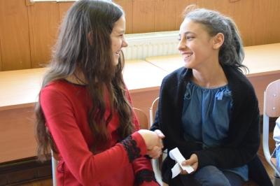 Studiu World Vision România: Fetele lucrează mai mult în gospodărie decât băieţii, lucru care le poate afecta educaţia