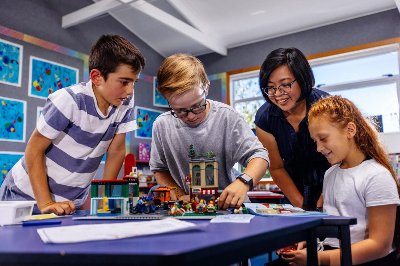 Fundația LEGO colaborează cu PLAY INCLUDED™ pentru a consolida programul de învățare LEGO® PLAY, destinat copiiilor cu o dezvoltare neurologică atipică