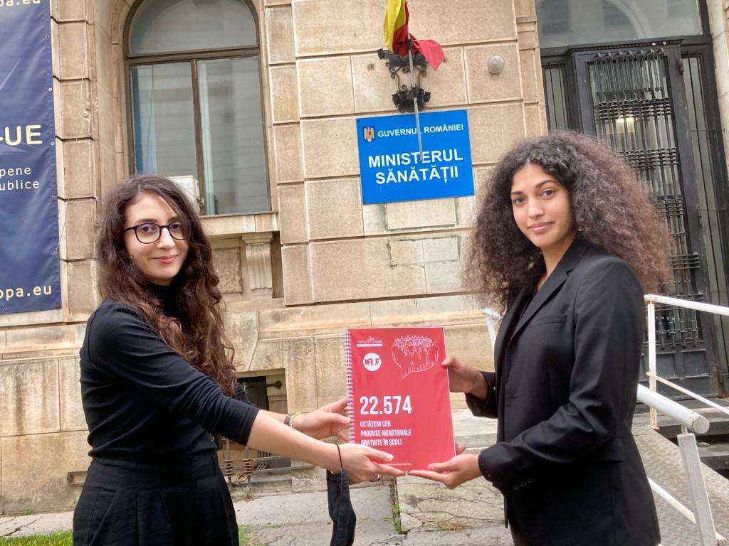 A fost depusă petiția pentru produse menstruale gratuite în școli!