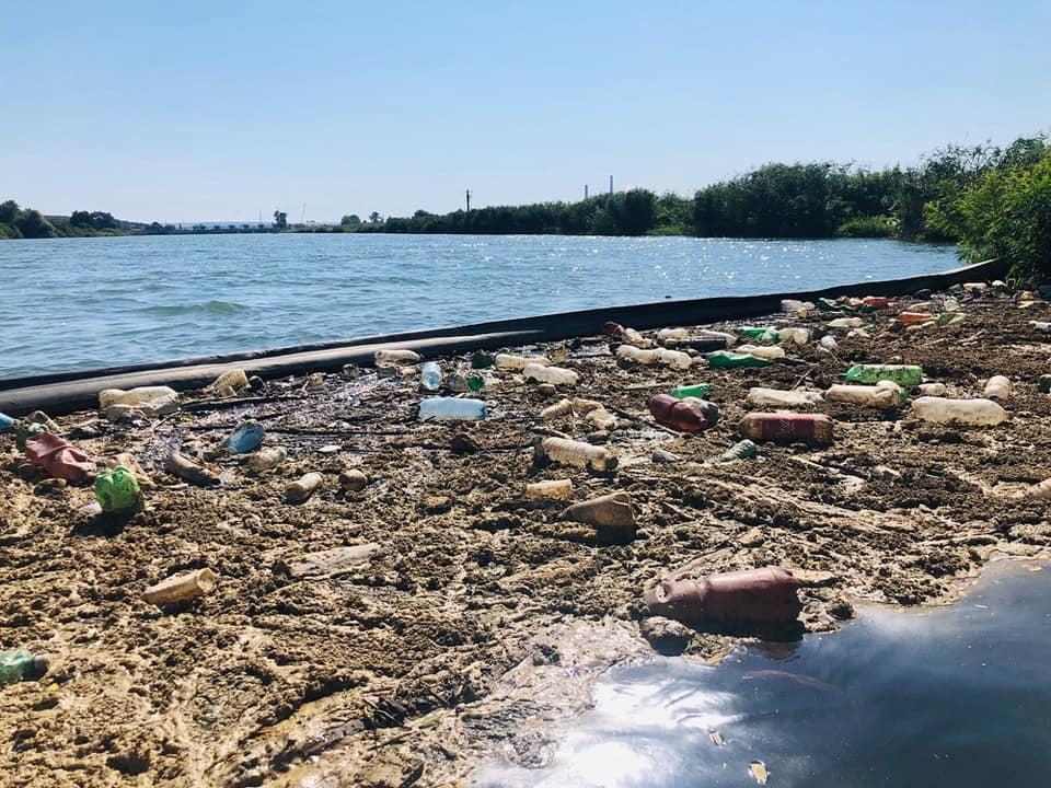 De Ziua Dunării, Asociația MaiMultVerde a instalat o nouă barieră plutitoare la Orșova, pe râul Cerna