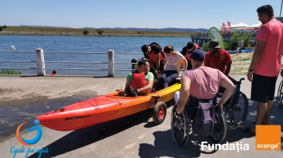 """""""Egali pe apă"""" face posibilă incluziunea socială a persoanelor cu dizabilități prin accesul la sporturi nautice"""