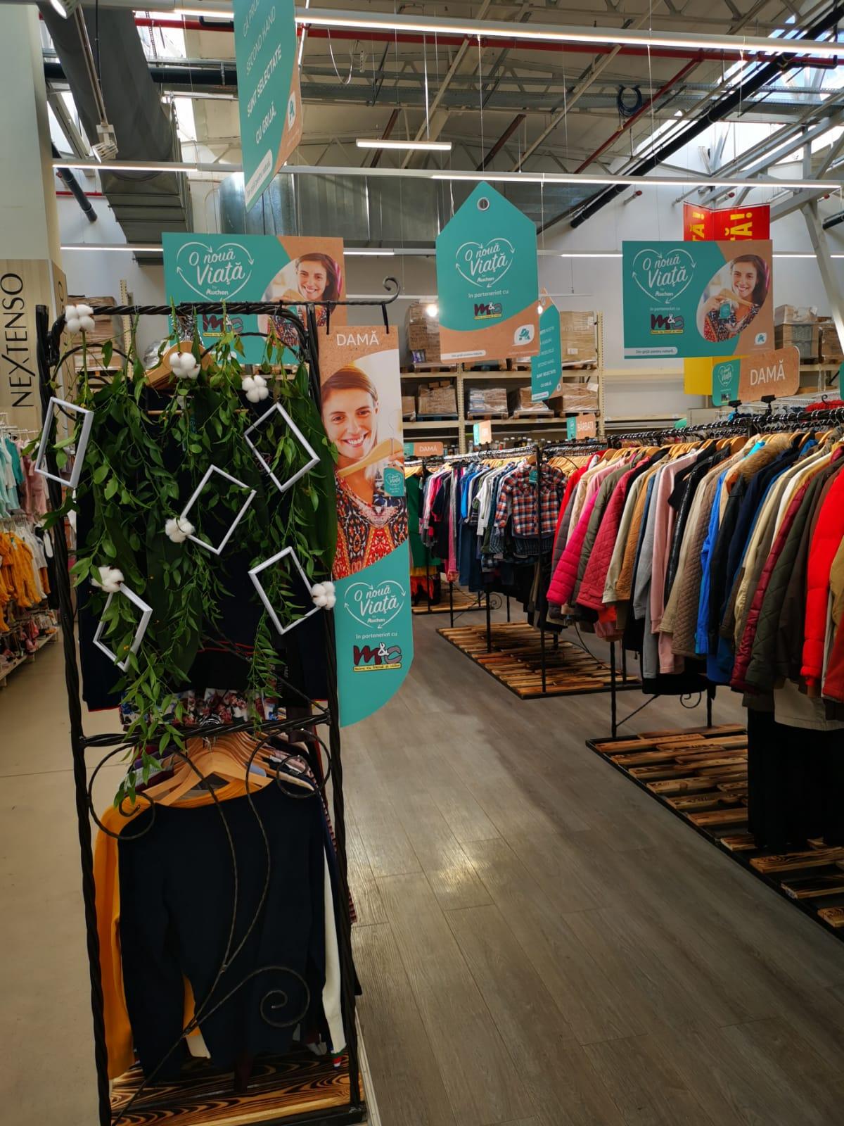 """Auchan deschide la Craiova un shop-in-shop """"O nouă viață"""" și ajunge la 10 magazine care comercializează și haine pre-purtate"""
