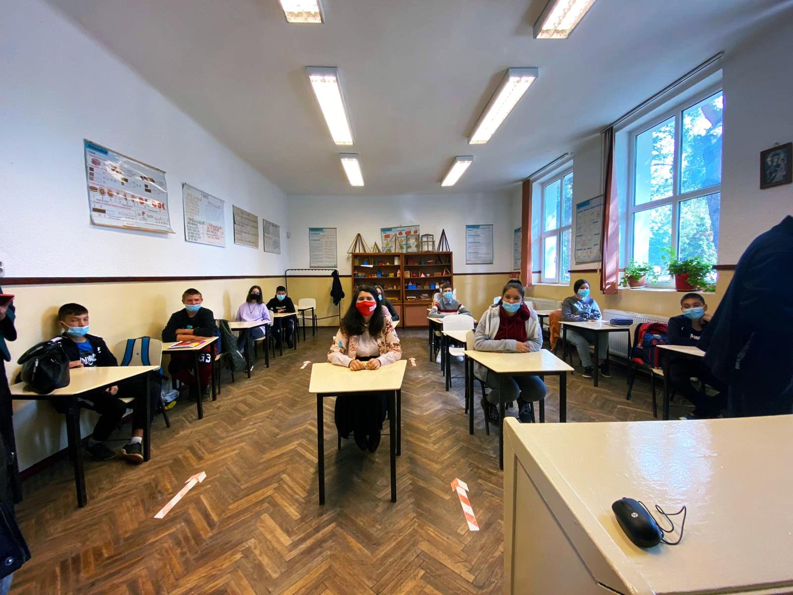 Școlile din mediu rural primesc calculatoare verzi prin programul Dăm Click pe România
