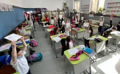 350 de elevi din 10 școli ale sectorului 2 participă la Carnaval în jurul lumii
