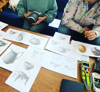 Școala de Olărit de la Colți își deschide porțile cu ateliere gratuite de ceramică și terapie prin artă pentru tinerii aflați în situații vulnerabile